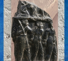 D'après une stèle de victoire d'un roi d'Akkad, prisonniers les mains liées, diorite, vers 2300 avjc, époque d'Agadé, butin de Suse, Mésopotamie. (Marsailly/Blogostelle)