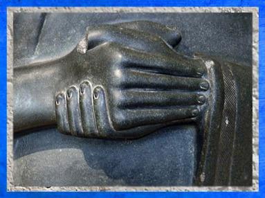 D'après les mains jointes de Gudea, statue vouée à Ninhursag, vers 2150 avjc -2100 avjc, Girsu-Tello, époque néo-sumérienne, Mésopotamie. (Marsailly/Blogostelle)