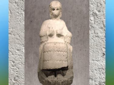 D'après une statue de culte de Narundi, vouée par le roi Puzur-Inshushinak, vers 2100 avjc, calcaire, Suse, époque de la Troisième dynastie d'Ur. (Marsailly/Blogostelle)