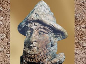 D'après la tête d'un dieu coiffé de la tiare à paires de cornes, vers 2100 avjc, terre cuite, période néo-sumérienne, antique Girsu, actuel Tello, Mésopotamie. (Marsailly/Blogostelle)