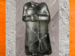 D'après une statue acéphale du souverain Ur-Bau, 70 centimètres, vers 2130 avjc, deuxième dynastie de Lagash, époque néo-sumérienne. (Marsailly/Blogostelle)