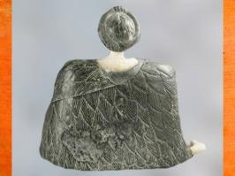 D'après une statuette féminine à grande robe, de dos, chlorite et calcaire, début IIe millénaire avjc, Nord Afghanistan. (Marsailly/Blogostelle)