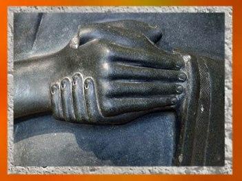 D'après la statue de Gudea dédiée à la déesse Ninhursag, détail des mains, vers 2120 avjc, antique Girsu, Tello, Irak actuel, Mésopotamie. (Marsailly/Blogostelle)