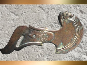 D'après une hache d'apparat en cuivre, fin IIIe -début IIe millénaire avjc, Bactriane, Nord Afghanistan, civilisation dite trans-élamite. (Marsailly/Blogostelle)