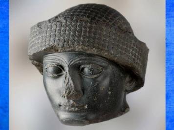 D'après le portrait de Gudea coiffé du bonnet royal, vers 2150 avjc, antique Girsu, Tello, Irak actuel, époque néo-sumérienne, Mésopotamie. (Marsailly/Blogostelle)
