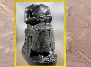 D'après la statue de Gudea Architecte (acéphale) et plan du temple de Ningirsu, diorite, vers 2120 avjc, époque néo-sumérienne, antique Girsu, Tello, actuel Irak, Mésopotamie. (Marsailly/Blogostelle)
