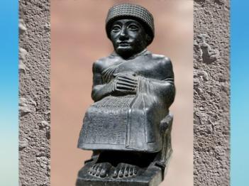 D'après une statue de Gudea assis, prince de Lagash, vers 2100 avjc, époque néo-sumérienne, Mésopotamie. (Marsailly/Blogostelle)