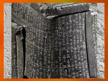 D'après la statue de Gudea Architecte (acéphale), détail inscription, diorite, vers 2120 avjc, époque néo-sumérienne, antique Girsu-Tello, Mésopotamie. (Marsailly/Blogostelle)