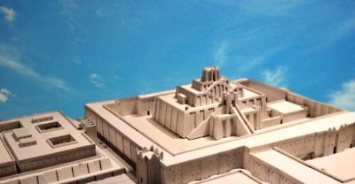 D'après l'architecture sacrée de la cité d'Ur, avec la ziggurat consacrée au dieu Lune, vers 2100 avjc, IIIe dynastie d'Ur, actuel Irak, Mésopotamie. (Marsailly/Blogostelle)