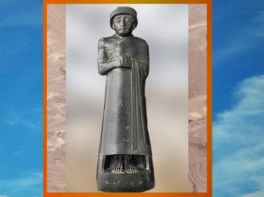 D'après Gudea prince de Lagash, debout, revêtu d'un long drapé, diorite, vers 2120 avjc, époque néo-sumérienne, Mésopotamie. (Marsailly/Blogostelle)