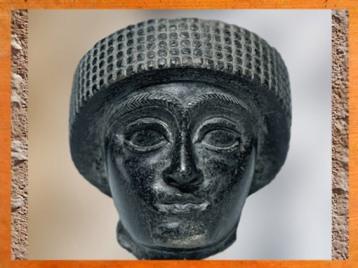 D'après un portrait de Gudea coiffé du bonnet royal, dynastie de Lagash, diorite, vers 2120 avjc, époque néo-sumérienne, Girsu-Tello, Mésopotamie. (Marsailly/Blogostelle)