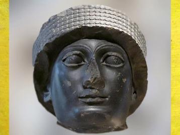 D'après un portrait de Gudea paré du bonnet royal, dynastie de Lagash, diorite, vers 2150 avjc, avjc, époque néo-sumérienne, Girsu-Tello, Mésopotamie. (Marsailly/Blogostelle)