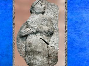 D'après Gudea, prince de Lagash, fragment de stèle, vers 2120 avjc ; Girsu-Tello, époque néo-sumérienne, Mésopotamie. (Marsailly/Blogostelle)