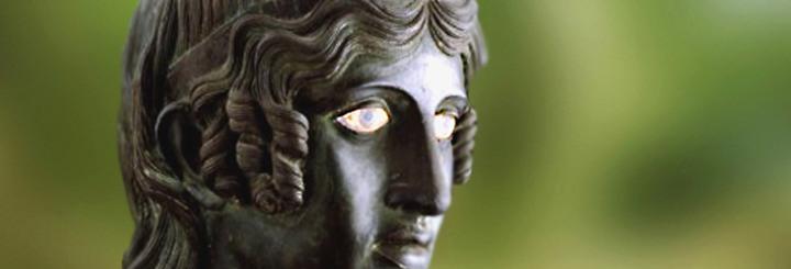"""Une étrange statue de bronze : """"Prends garde à toi si ellet'aime"""""""