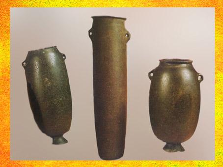 D'après des vases en basalte, pierre polis, vers 4000-3500 ans avjc, période de Nagada, Égypte ancienne. (Marsailly/Blogostelle)
