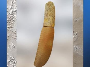 D'après un poignard en ivoire d'hippopotame sculpté et lame de silex, vers 3300-3200 avjc, période de Nagada, Guebel el-Arak, Égypte ancienne. (Marsailly/Blogostelle)