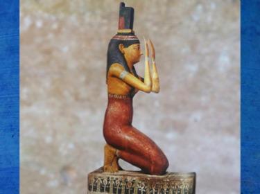 D'après la déesse Isis et sa coiffe en forme de trône, statuette en bois stuqué peint, IVe-Ier siècles avjc, époque ptolémaïque, Égypte ancienne. (Marsailly/Blogostelle)