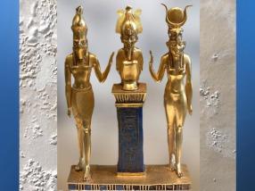 D'après la triade Horus, Osiris, Isis, pendentif d'Osorkon II, vers 945-715 avjc, Troisième Période Intermédiaire, Égypte ancienne. (Marsailly/Blogostelle)
