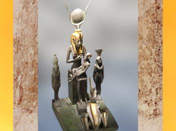 D'après un groupe Isis, Horus, Mout, Nephthys et l'uræus (cobra), alliage de cuivre, vers 664-332 avjc, Basse époque, Égypte ancienne. (Marsailly/Blogostelle)