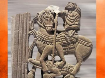 D'après Horus en cavalier romain, qui terrasse les forces du désordre, grès, IVe siècle apjc, style égyptien-gréco-romain, époque Romaine. (Marsailly/Blogostelle)