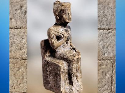 D'après la statuette de Khéops, ivoire, 9 centimètre, vers 2930-2750 avjc, IVe dynastie, Ancien Empire, Égypte Ancienne. (Marsailly/Blogostelle)