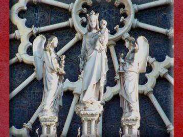 D'après la Vierge à l'Enfant et anges, façade, Notre Dame de Paris, 1163 apjc-début XIVe siècle, art gothique. (Marsailly/Blogostelle)