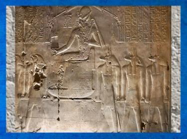 D'après les âmes de Pé et de Nekhen et le roi trônant, temple funéraire de Sethi Ier, XIXe dynastie, Nouvel Empire, Abydos, Égypte Ancienne. (Marsailly/Blogostelle)