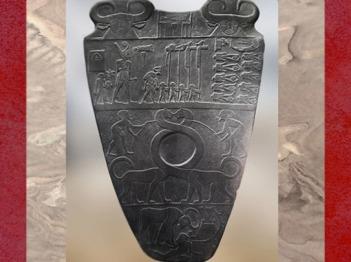 D'après le roi Narmer coiffé de la couronne rouge, palette à fard, schiste, vers 3400 – 3200 avjc, début dynastie Thinite, Hiérakonpolis, Égypte Ancienne. (Marsailly/Blogostelle)
