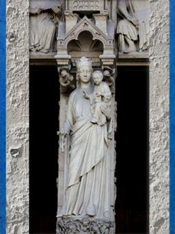 D'après la Vierge à l'Enfant, trumeau, Notre Dame de Paris, 1163 apjc-début XIVe siècle, art gothique. (Marsailly/Blogostelle)