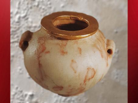 D'après un vase en pierre rose et feuille d'or, vers 3400 – 2980 avjc, époque Thinite, Égypte Ancienne. (Marsailly/Blogostelle)
