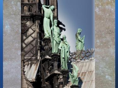 D'après les apôtres et Viollet-le-Duc sous les traits de Saint Thomas, flèche, Notre Dame de Paris, restauration XIXe siècle. (Marsailly/Blogostelle)