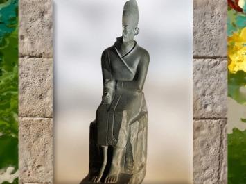 D'après le roi Khasekhem ou Khasekhemoui, statuette, schiste, IIe dynastie Thinite, temple de Hiérakonpolis, Égypte Ancienne. (Marsailly/Blogostelle)