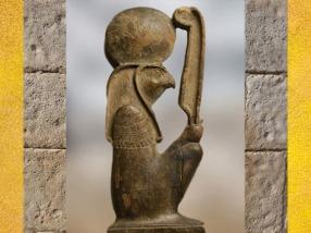 D'après le dieu Rê à tête de faucon, coiffé du disque solaire, brandissant la plume de la déesse Maât, figurine en bois, XVIIIe dynastie, Nouvel Empire, Égypte ancienne. (Marsailly/Blogostelle)