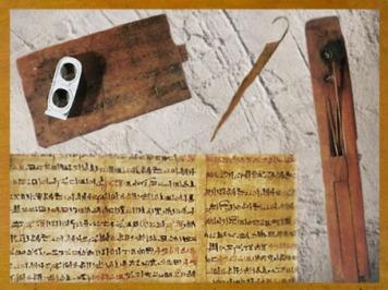 D'après le matériel du scribe, tablette en bois, papyrus, coupe-papyrus, palette en bois, godet et encrier, Ancien Empire, Égypte Ancienne. (Marsailly/Blogostelle)