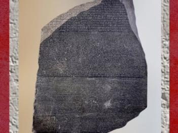 D'après la Pierre dite de Rosette, fragment de stèle, granit noir, IIe siècle avjc, Égypte Ancienne. (Marsailly/Blogostelle)