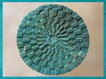 D'après le Jeu du serpent Mehen, faïence bleu, tombe du roi Péribsen, vers 2750 avjc, IIe dynastie, Abydos,Égypte ancienne. (Marsailly/Blogostelle)