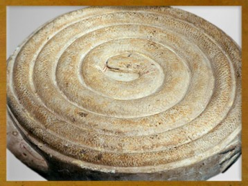 D'après le Jeu du serpent Mehen, lové en spirale, Ve-VIe dynasties, Ancien Empire, Égypte ancienne. (Marsailly/Blogostelle)