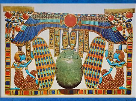 D'après le scarabée ailé de Toutânkhamon, pectoral, or, émail, lapis lazuli, pierres semi-précieuses, XVIIIe dynastie, Nouvel Empire,Égypte Ancienne. (Marsailly/Blogostelle)