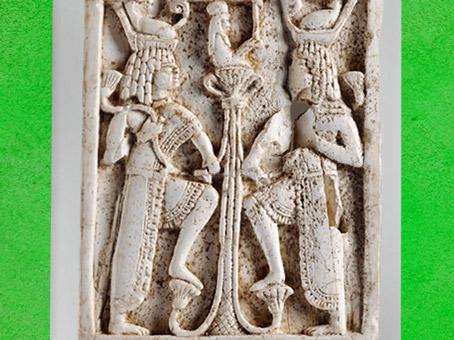 D'après la naissance de l'Enfant-Soleil du lotus primordial, stèle d'inspiration égyptienne, ivoire rehaussé d'or, VIIIe siècle avjc, Arslan Tash, Syrie. (Marsailly/Blogostelle)