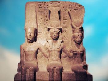 D'après Amon, Ramsès II, à la place de Khonsou, Mout, granit rose, époque Ramsès II, XIXe dynastie, Thèbes, Nouvel Empire, Égypte Ancienne. (Marsailly/Blogostelle)