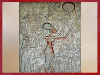D'après Akhénaton et Néfertiti qui offrent des fleurs de lotus au dieu Aton, calcaire peint, XVIIIe dynastie, Nouvel Empire, Égypte Ancienne. (Marsailly/Blogostelle)
