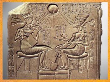 D'après Akhénaton, Néfertiti et deux de leurs filles, culte d'Aton, calcaire peint, vers 1353-1337 avjc, XVIIIe dynastie, Nouvel Empire, Égypte Ancienne. (Marsailly/Blogostelle)