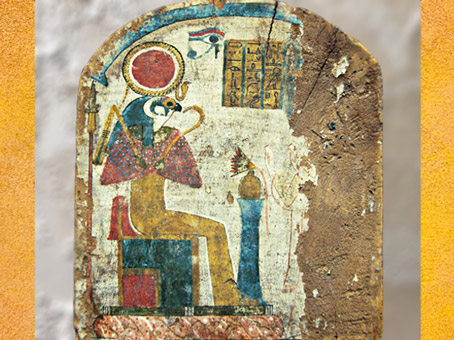 D'après Rê-Horakhty, lotus et œil oudjat stèle en bois de sycomore, Troisième période Intermédiaire, Égypte Ancienne. (Marsailly/Blogostelle)