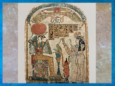 D'après Rê-Horakhty, lotus, disque ailé et adoratrice, stèle en bois de sycomore Troisième période Intermédiaire, Égypte Ancienne. (Marsailly/Blogostelle)