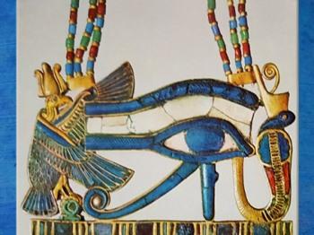D'après l'œil oudjat, trésor de Toutankhamon, bijou, XVIIIe dynastie, Nouvel Empire, Égypte Ancienne. (Marsailly/Blogostelle)