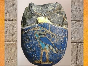 D'après un oeuf scarabée du coeur et oiseau Benou, pâte de verre lapis lazuli et or, Nouvel empire, Égypte Ancienne. (Marsailly/Blogostelle)