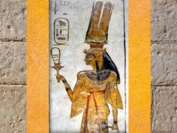 D'après la reine Nerfertari, coiffée du vautour, avec sistre et lotus, épouse de Ramsès II, temple Abu Simbel, XIXe dynastie, Nouvel Empire,Égypte Ancienne. (Marsailly/Blogostelle)