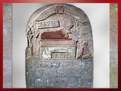 D'après une stèle dédicacée à Apis, calcaire peint, XXVIe dynastie, nécropole de Memphis, catacombes des Apis,Serapeum de Saqqara, Basse Epoque, Égypte Ancienne. (Marsailly/Blogostelle)