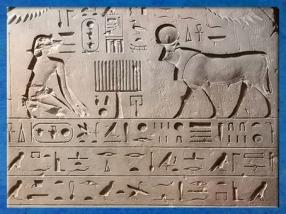 D'après une stèle de commémoration, inhumation du taureau Apis, calcaire, règne d'Amasis, XXVIe dynastie, Serapeum de Saqqara, Basse Epoque, Égypte Ancienne. (Marsailly/Blogostelle)