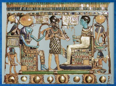 D'après Ptah, son épouse Sekhmet et le roi, pectoral de Toutânkhamon, avjc, XVIIIe dynastie, Nouvel Empire, Égypte Ancienne. (Marsailly/Blogostelle)